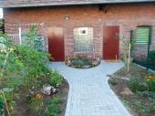 Eingangsbereich mit großem Parkplatz